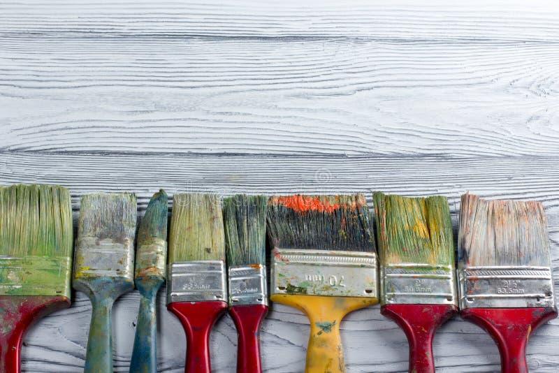 Artistique, artiste, art Mastehin utilisé de pinceaux d'artiste sur le fond en bois photographie stock libre de droits