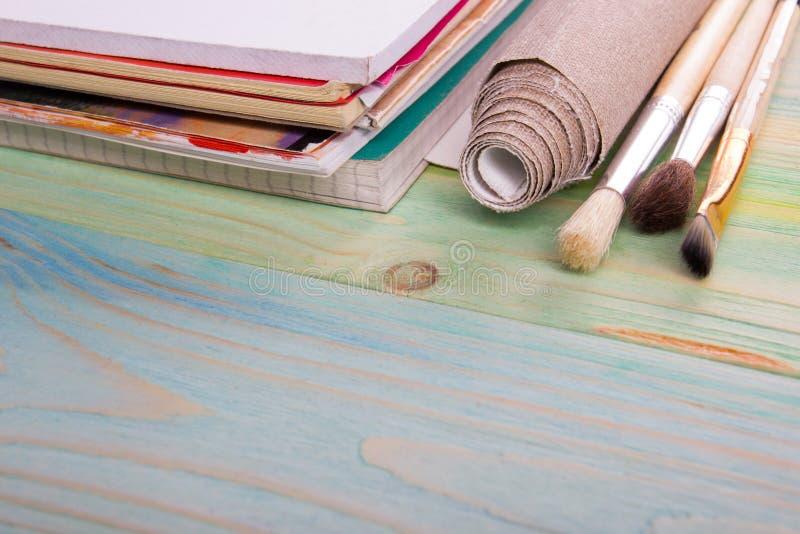 Artistique, artiste, art Pinceaux utilisés d'artiste sur le fond en bois photographie stock
