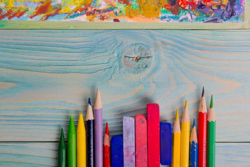 Artistique, artiste, art Pinceaux utilisés d'artiste sur le fond en bois photo stock