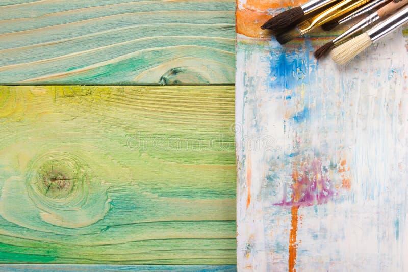 Artistique, artiste, art Pinceaux utilisés d'artiste sur le fond en bois images stock