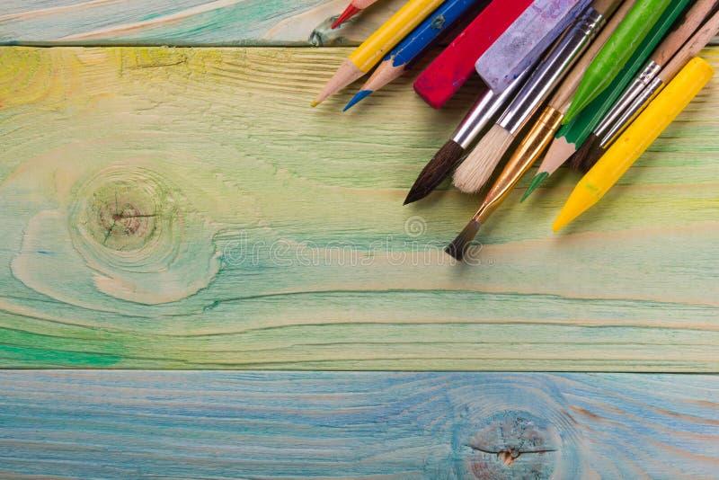 Artistique, artiste, art Pinceaux utilisés d'artiste sur le fond en bois photos stock