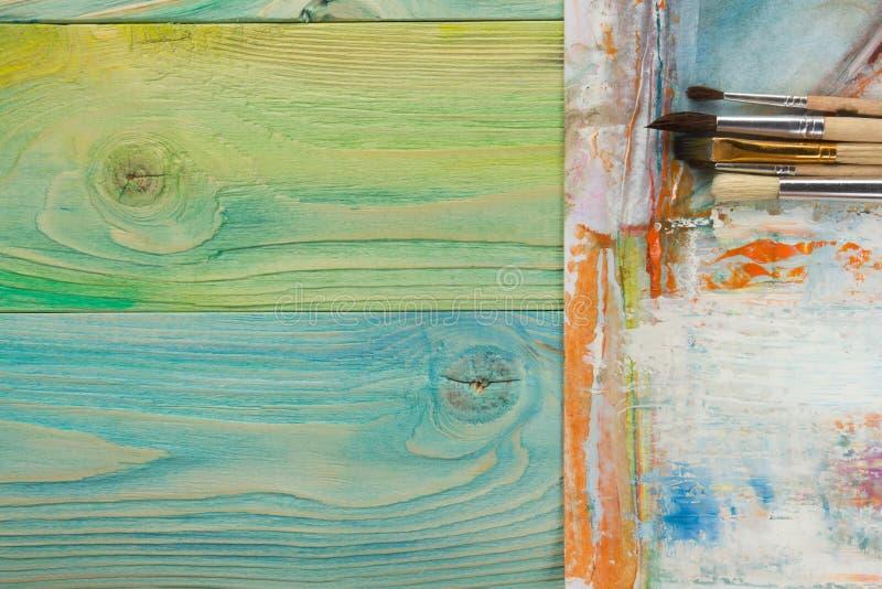 Artistique, artiste, art Pinceaux utilisés d'artiste sur le fond en bois photo libre de droits