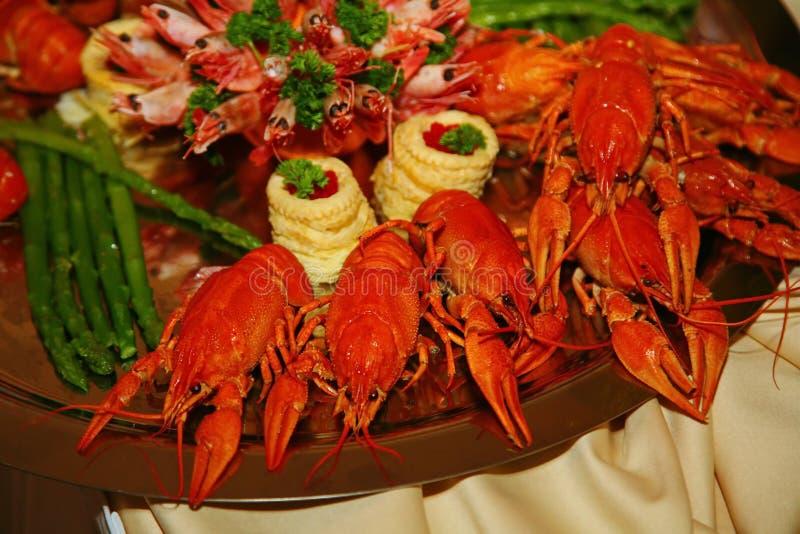Artistiquement décoré du rouge a bouilli le cancer avec l'asperge et les crevettes roses est une délicatesse du chef - un plat de images stock