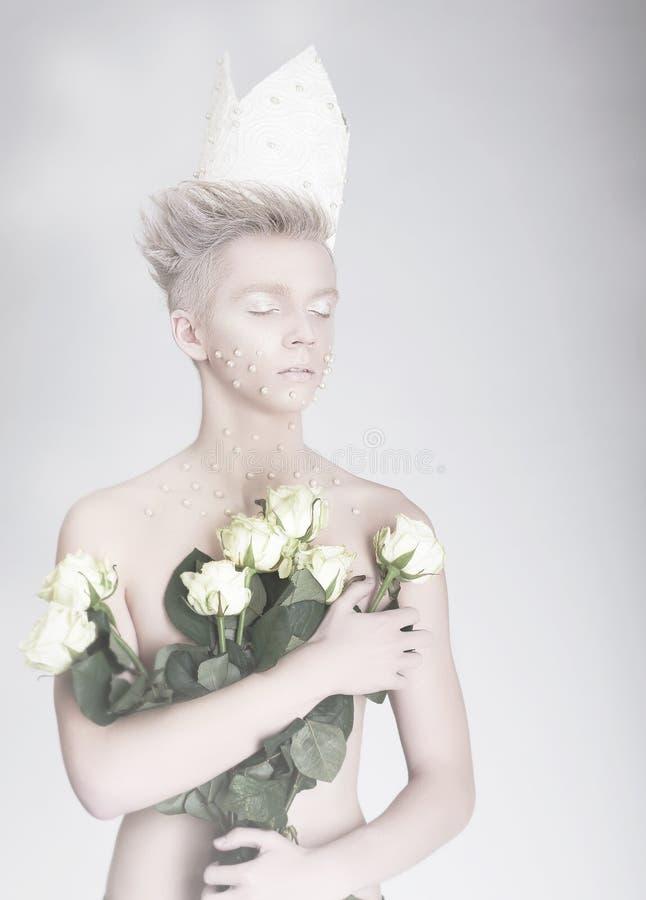 artistry Homem novo na moda na coroa de papel com flores imagem de stock royalty free