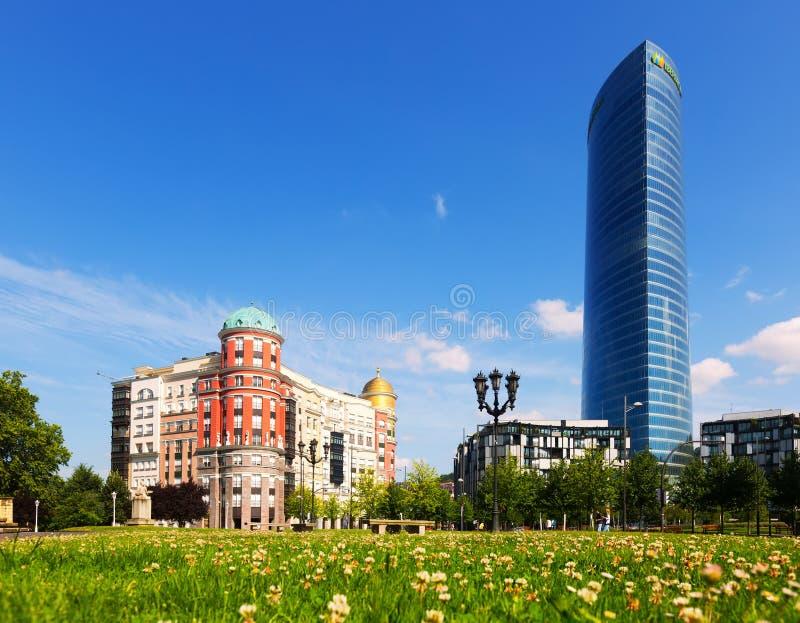 Artklass byggnad och Iberdrola torn royaltyfri bild