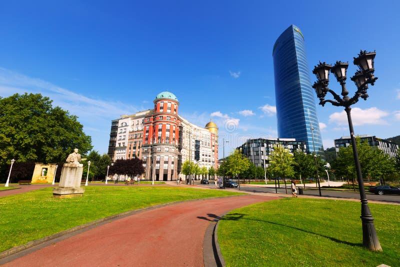 Artklass byggnad och Iberdrola torn i Bilbao royaltyfria foton