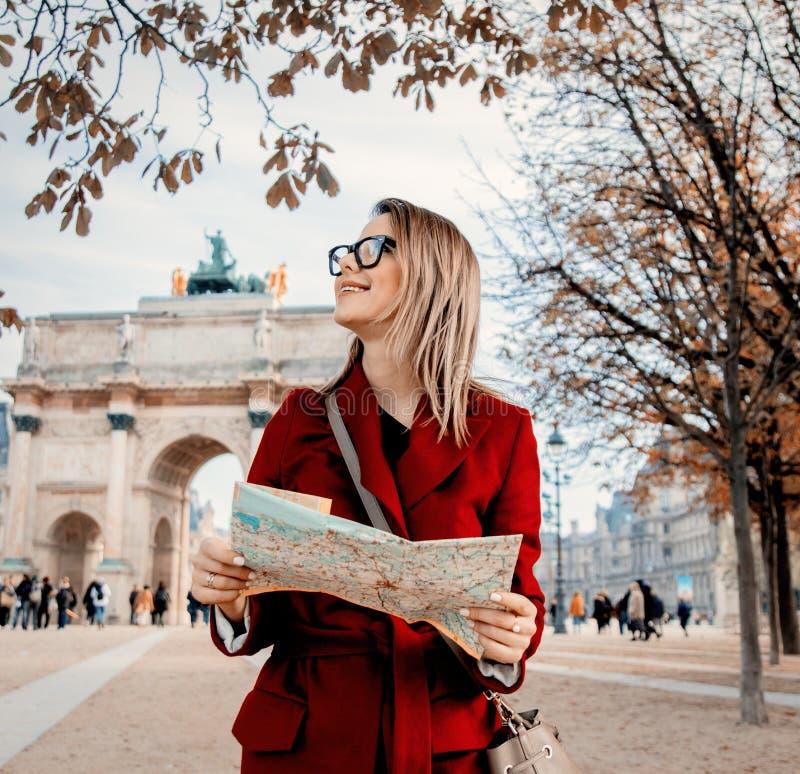 Artmädchen mit Karte in Paris lizenzfreie stockfotos