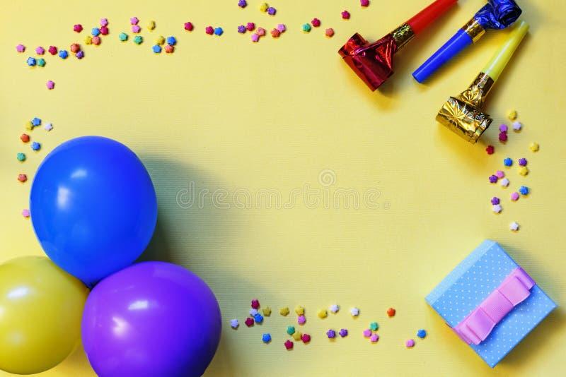 Artminimalismus Flache Lage, Geschenkbox, verschieden, Partei, Konfetti, Ballone, flache Lage, bunt, Feiermuster, Kopienraum, BAC stockbild