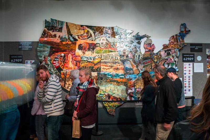 ArtPrize - Grand Rapids, MI/USA - 9 ottobre 2016: Mappa dipinta degli Stati Uniti in esposizione durante l'esecuzione del premio  fotografie stock libere da diritti