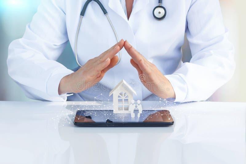 Arts bij de lijst met zijn handen om het pictogram te beschermen de familie en het huis stock foto
