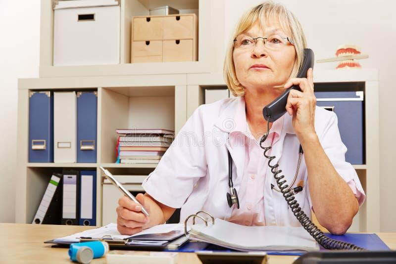 Arts bij hulpdiensttelefoon stock fotografie