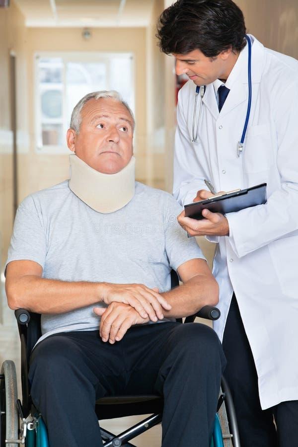 Arts Communicating With Patient op Wielstoel royalty-vrije stock fotografie
