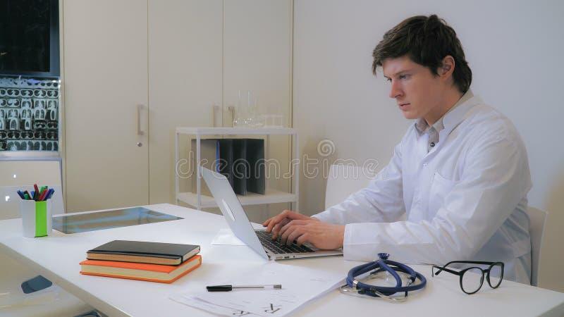 Arts die aan computer werken stock afbeelding