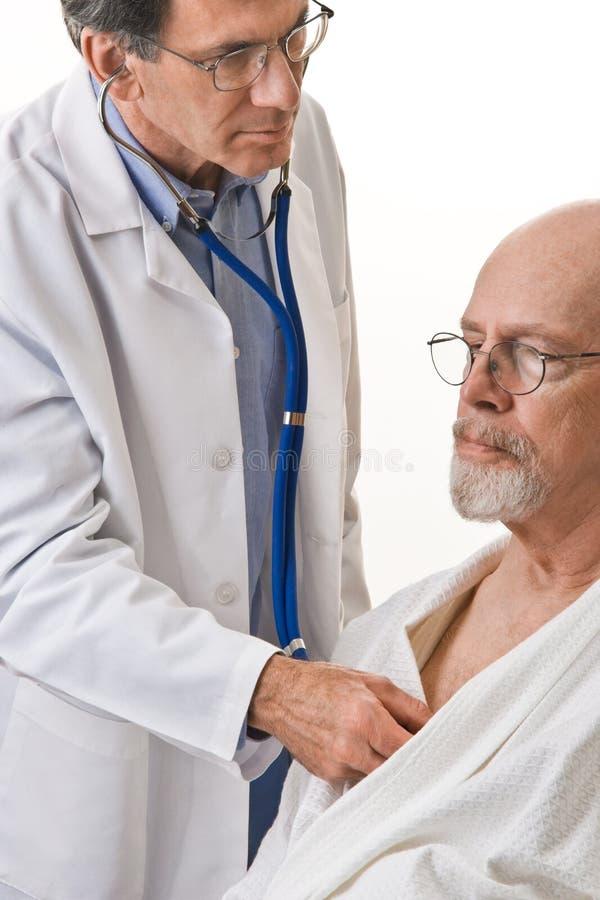 Arts die aan het Hart van de Patiënt luistert stock afbeeldingen