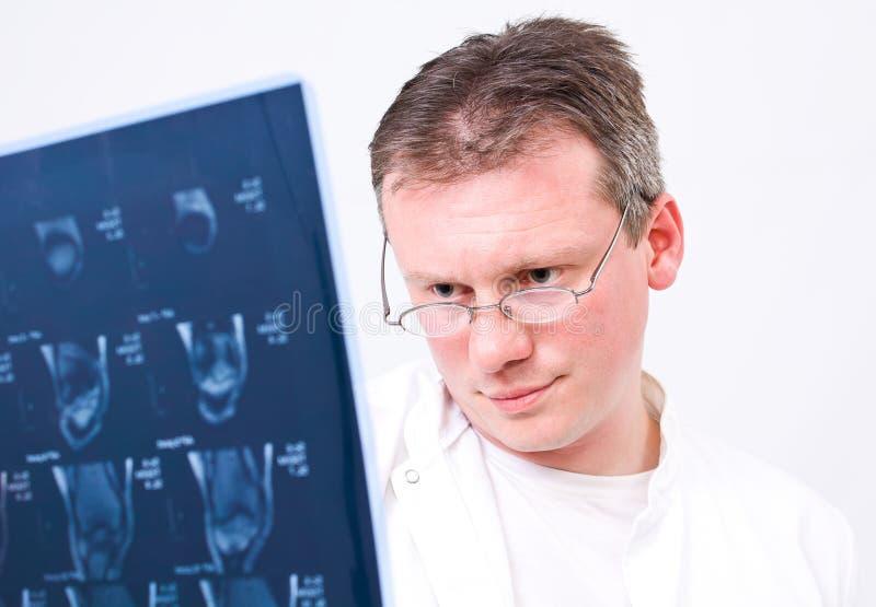 Arts die aftasten MRI bekijkt stock foto's