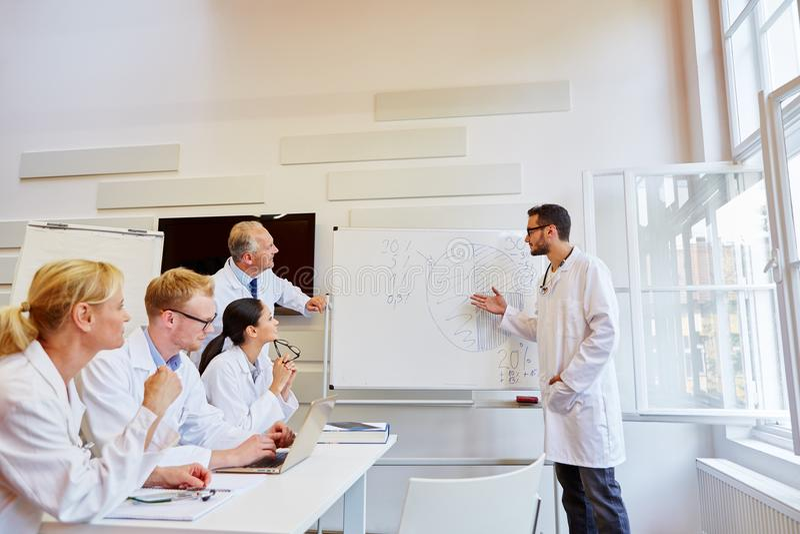 Arts die bij medisch seminarie voorstelt stock foto