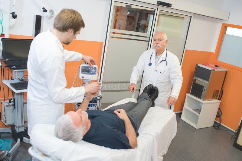 Arts die bloeddruk hogere geduldige gebruikende sphygmomanometer meten royalty-vrije stock foto