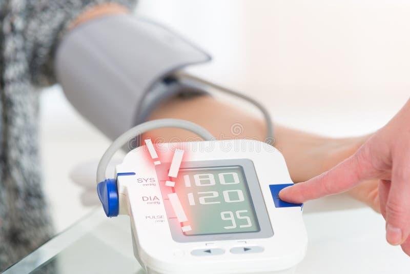Arts die bloeddruk meet stock fotografie