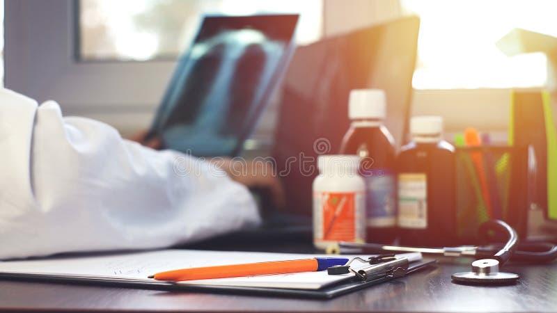 Arts die computer, nadruk op pen op voorgrond met behulp van stock fotografie