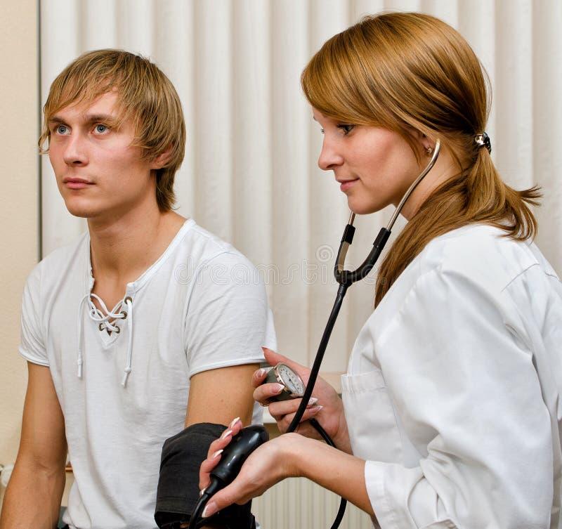 Arts die de bloeddruk van de patiënt meet royalty-vrije stock fotografie