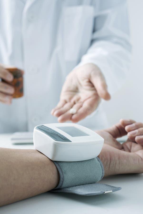 Arts die de bloeddruk van een patiënt meten royalty-vrije stock afbeelding