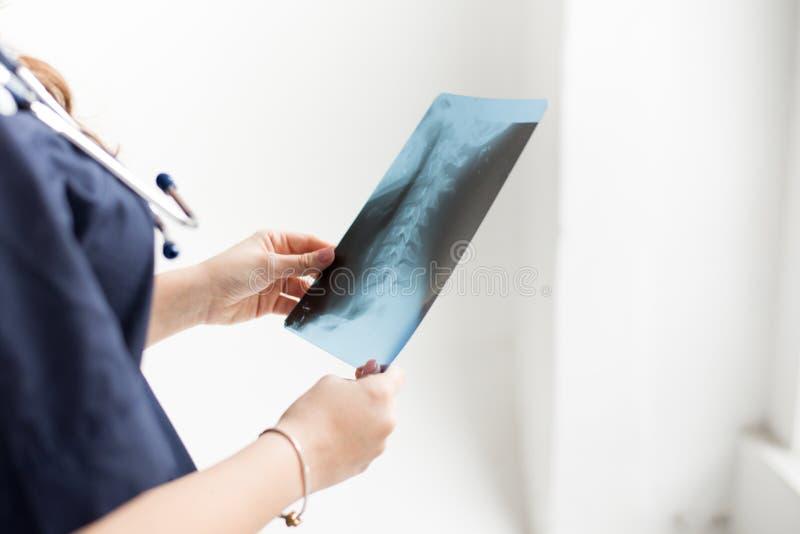 Arts die de film van de borströntgenstraal van patiënt onderzoeken bij het ziekenhuis op witte achtergrond, exemplaarruimte stock foto's