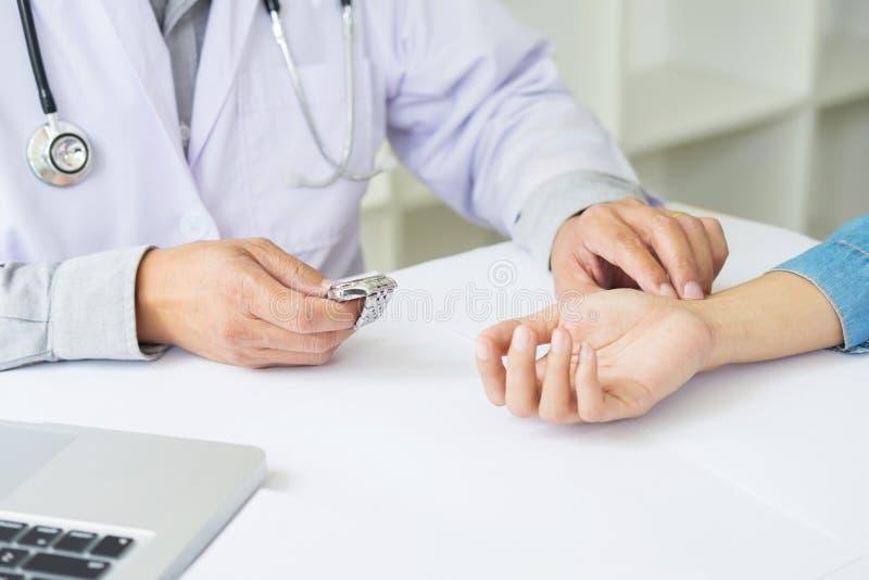arts die de geduldige impuls van het harttarief controleren royalty-vrije stock afbeeldingen