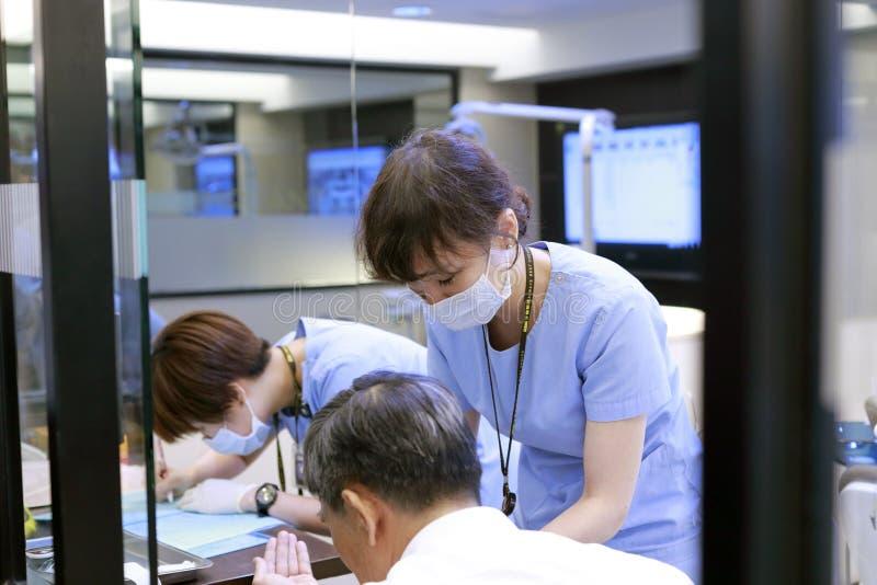 Arts die de patiënt behandelen stock afbeelding