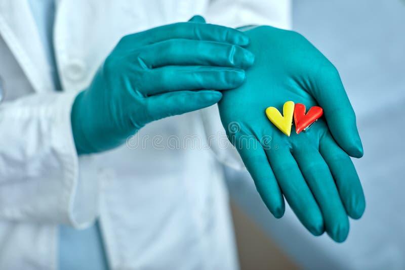 Arts die de simbolen van het hart vasthoudt met het concept van medische zorg, Medicine in het ziekenhuis, cardiologie royalty-vrije stock afbeeldingen