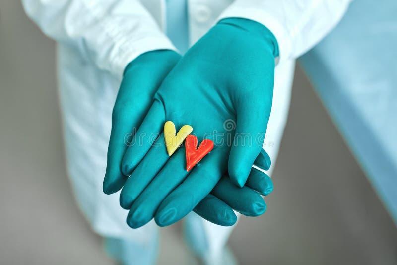 Arts die de simbolen van het hart vasthoudt met het concept van medische zorg, Medicine in het ziekenhuis, cardiologie royalty-vrije stock foto's
