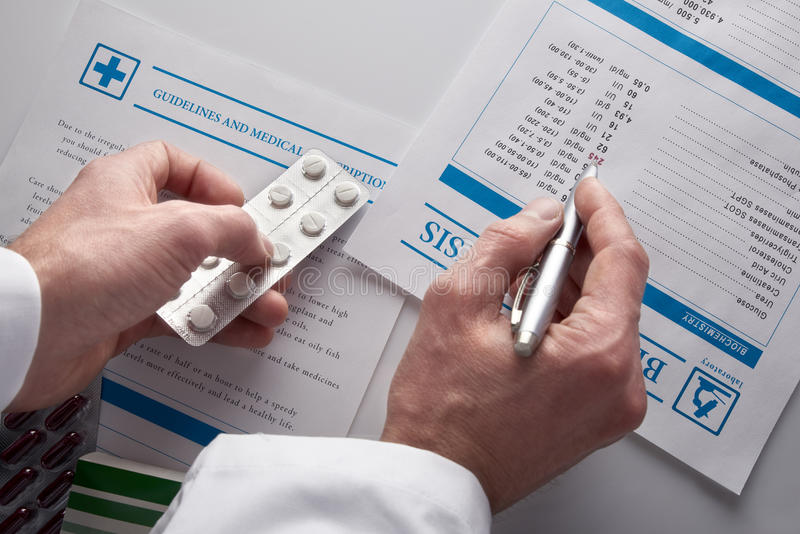 Arts die drugs voorschrijven en bloedonderzoekrapport hoogste mening tonen stock foto's