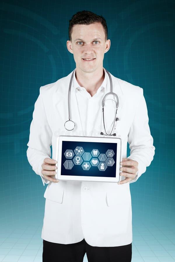 Arts die een digitale tablet met medische pictogrammen tonen royalty-vrije stock foto