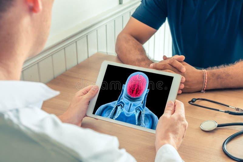 Arts die een digitale tablet met r?ntgenstraal van hersenen van een pati?nt houden Hersenenkanker of hoofdpijnpreventie stock foto's