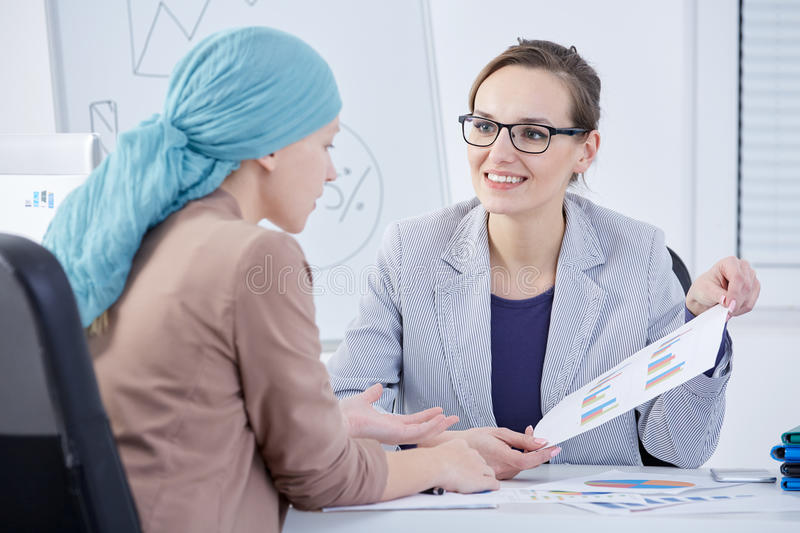 Arts die een grafiek tonen aan een patiënt royalty-vrije stock fotografie
