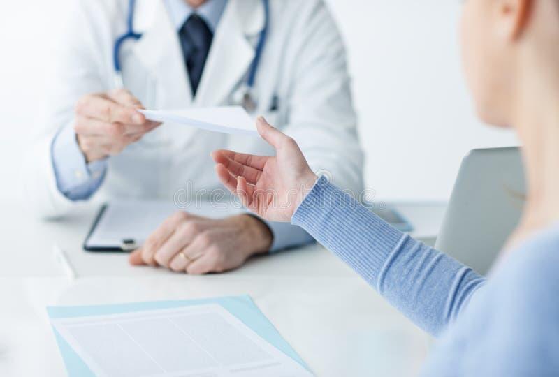 Arts die een medisch voorschrift geven aan de patiënt royalty-vrije stock afbeelding