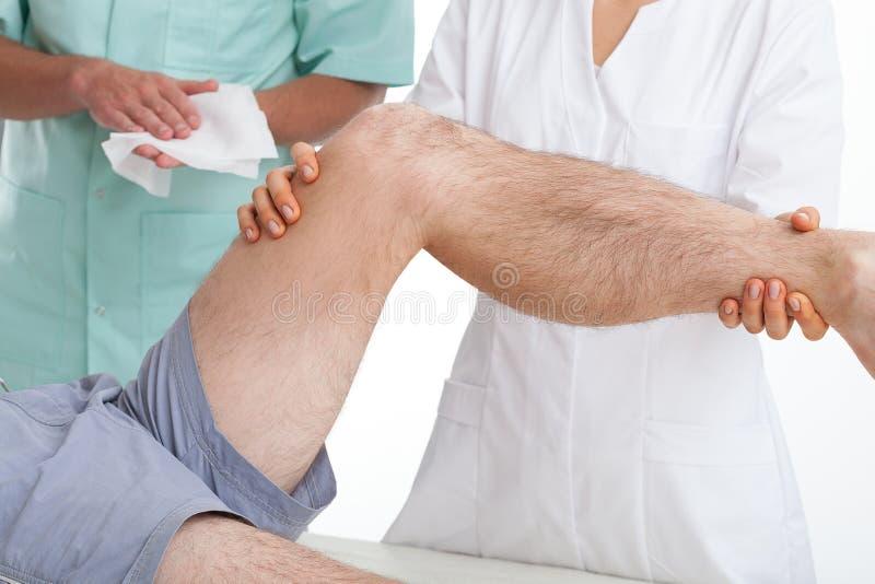 Arts die een patiënt onderzoeken royalty-vrije stock afbeelding