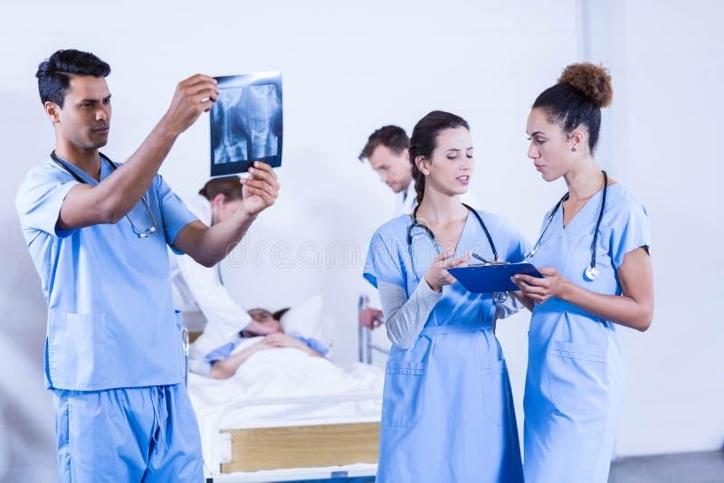 Arts die een röntgenstraal in het ziekenhuis onderzoeken royalty-vrije stock afbeeldingen