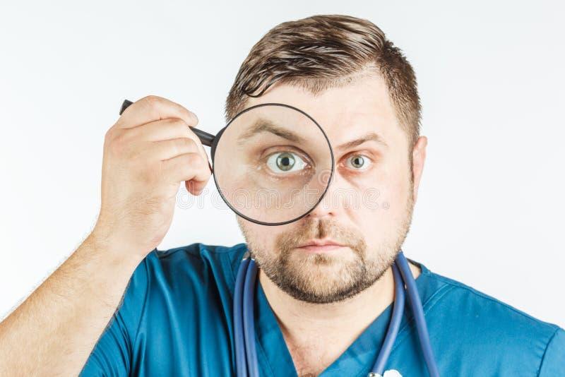 Arts die een vergrootglas op een witte achtergrond met behulp van stock afbeelding