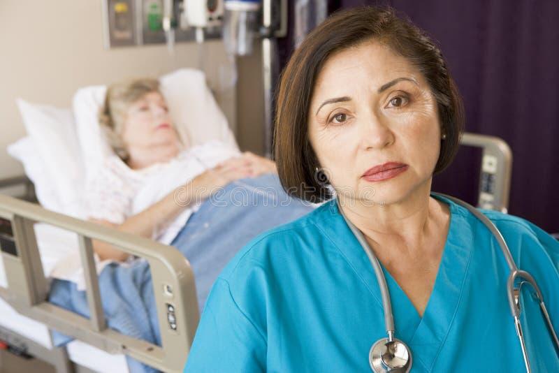 Arts die Ernstig in de Zaal van Patiënten kijkt royalty-vrije stock foto