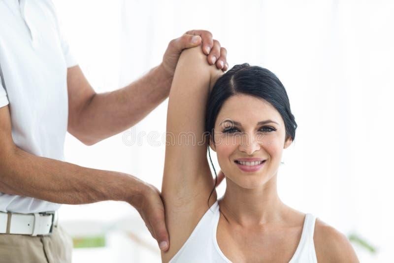 Arts die fysiotherapie geven aan zwangere vrouw royalty-vrije stock fotografie