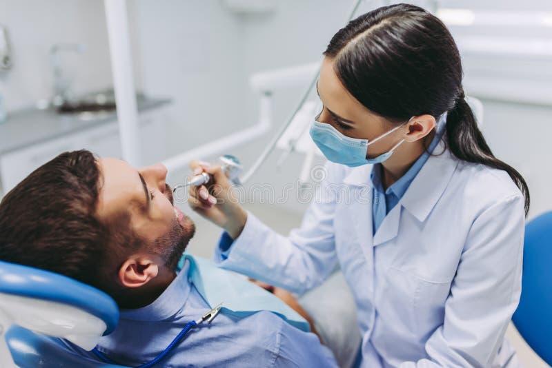 Arts die geduldige tanden behandelen stock foto's