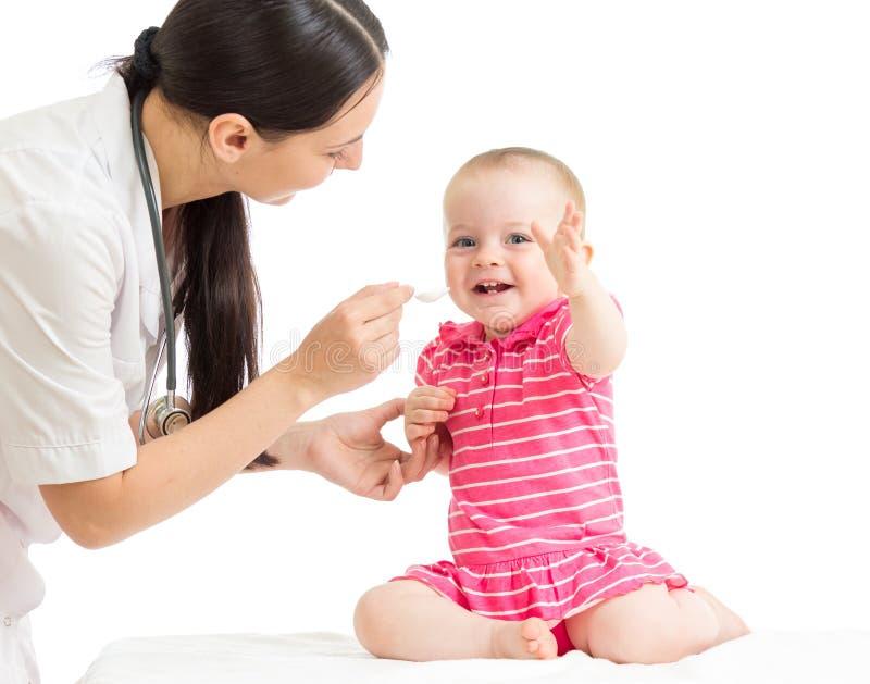 Arts die geneeskunde geven aan babymeisje royalty-vrije stock fotografie