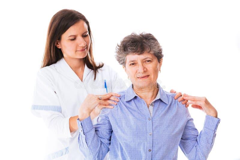 Arts die haar patiënt helpen royalty-vrije stock afbeelding