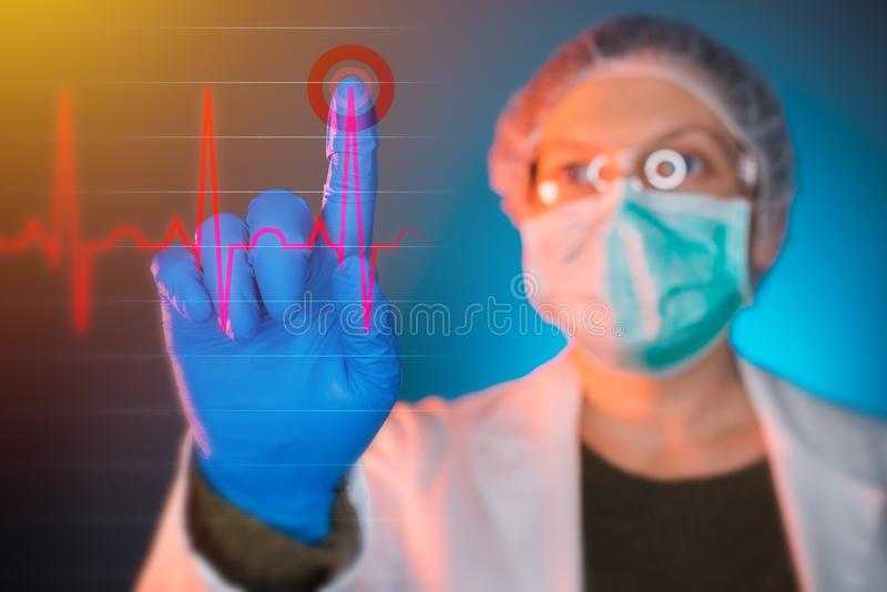 Arts die hartcardiogram ECG op het virtuele scherm analyseren stock foto's