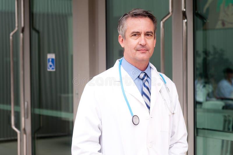 Arts die in het ziekenhuis glimlachen stock foto