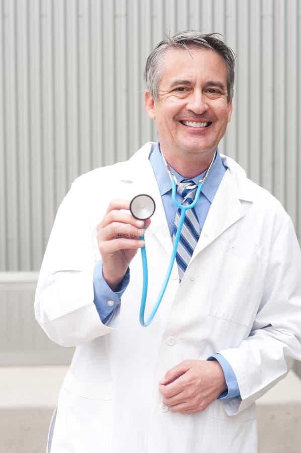 Arts die in het ziekenhuis glimlachen stock afbeeldingen