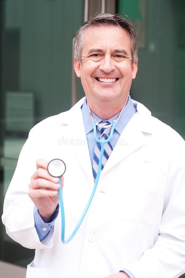 Arts die in het ziekenhuis glimlacht royalty-vrije stock afbeelding