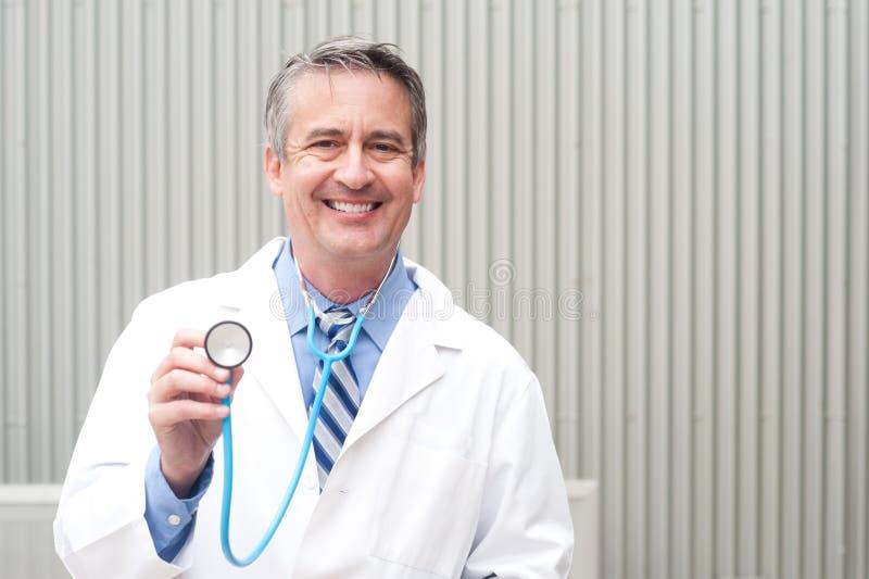 Arts die in het ziekenhuis glimlacht royalty-vrije stock foto's