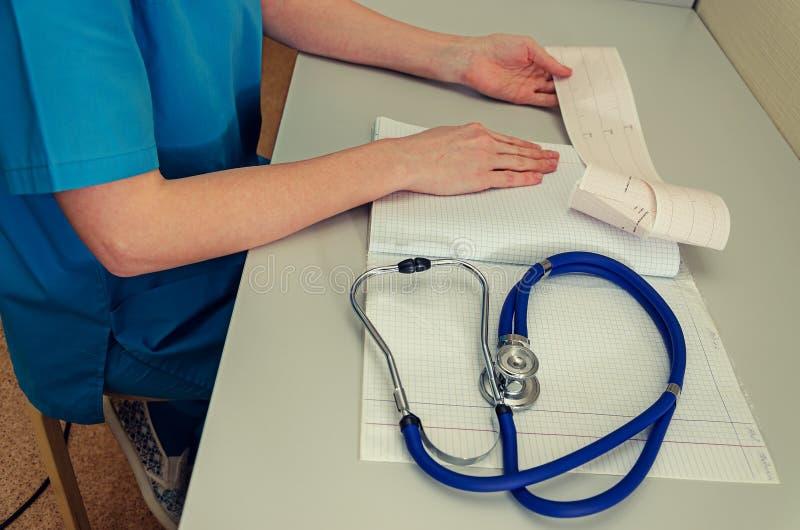 Arts die in het ziekenhuis werken die een voorschrift, een Gezondheidszorg en een medisch concept, testresultaten op achtergrond, royalty-vrije stock foto's