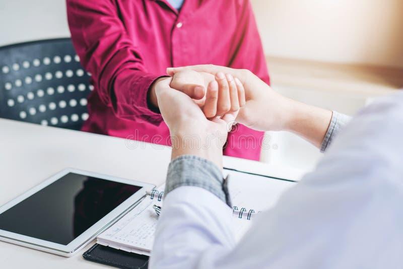 Arts die impuls controleren patiëntengezondheidszorg in het ziekenhuis royalty-vrije stock foto's